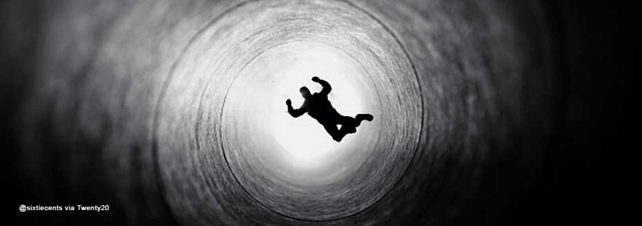 Albtraum: Ein Mann fällt in einen tiefen Schacht