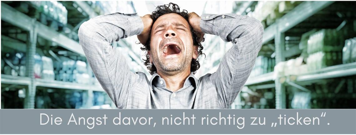Angst vor psychischen Problemen - Mann an den Kopf greifend und schreiend